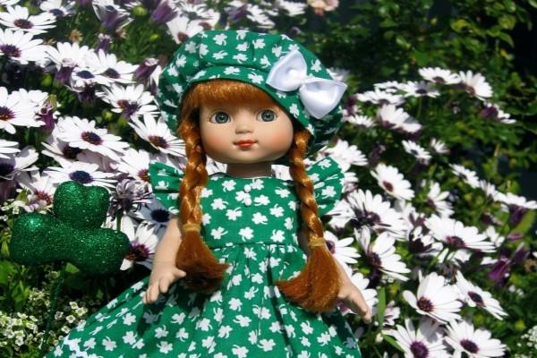 Una bella muñeca junto a unas margaritas
