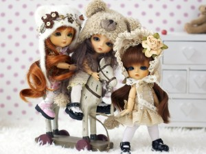 Postal: Hermosas muñecas sobre un caballito de madera
