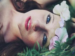 Bella mujer con flores en la cabeza