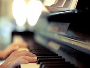 Postal: Manos sobre un piano