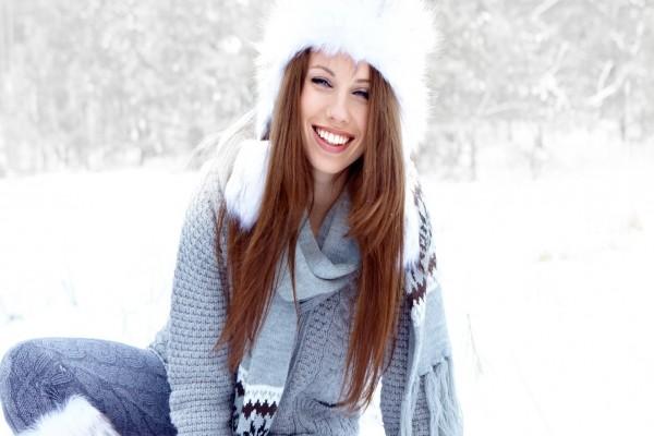 Mujer sonriendo sobre la nieve