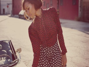 Postal: Mujer con camisa y falda estampadas