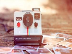 Postal: Una cámara de fotos Polaroid