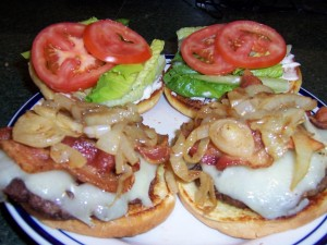Hamburguesas con cebolla, bacón, queso y vegetales