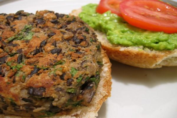 Una hamburguesa vegana con salsa de aguacate