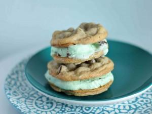 Helado entre cookies