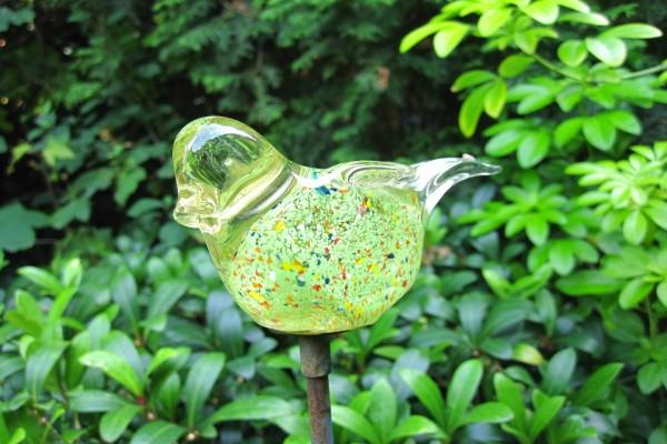 Pájaro de cristal en un jardín