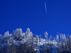 Un avión volando sobre las montañas cubiertas de nieve