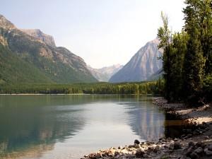 Postal: Piedras a orillas de un lago