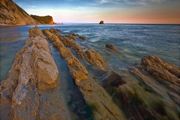 Rocas en el agua del mar
