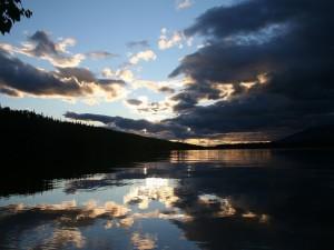 Amanecer nuboso en el río