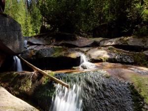 Agua fluyendo entre grandes rocas