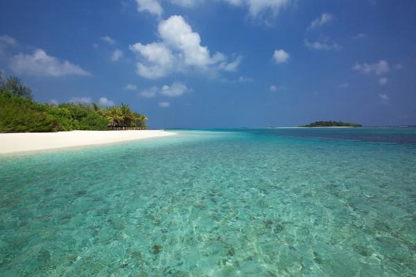 Playa e isla vistas desde el mar