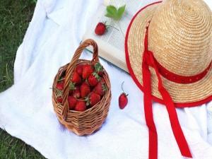 Postal: Fresas en una cesta de mimbre