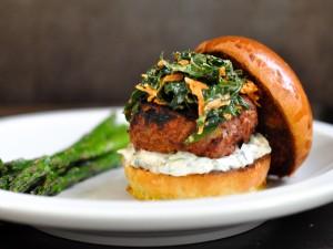 Postal: Gran hamburguesa con salsa y verduras