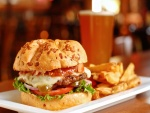 Plato con una hamburguesa y patatas fritas