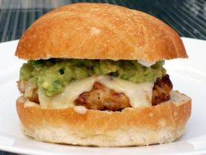 Hamburguesa de pollo con queso y guacamole