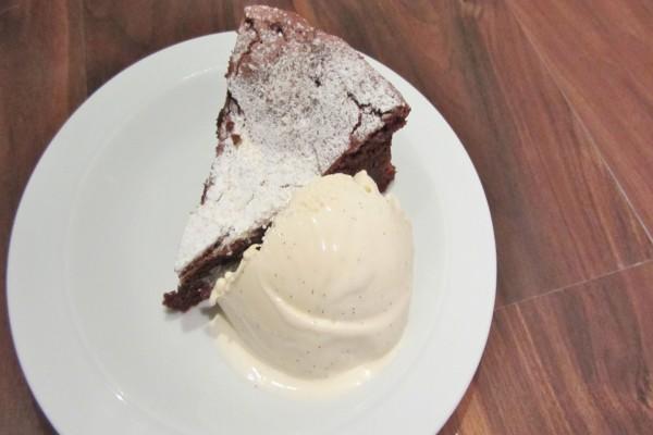 Tarta de chocolate con helado de vainilla