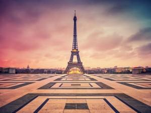 La Torre Eiffel al amanecer