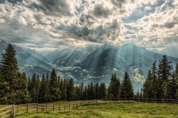 Rayos de sol filtrándose entre las espesas nubes