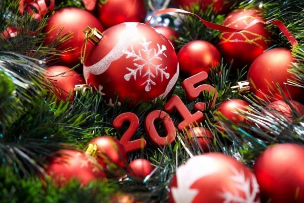 El Año Nuevo 2015 colgado del árbol de Navidad