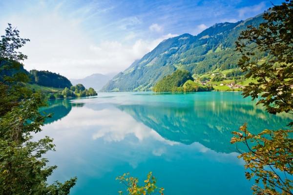 Un hermoso lago azul