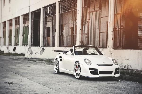 Porsche descapotable de color blanco