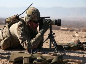 Postal: Soldado localizando al objetivo