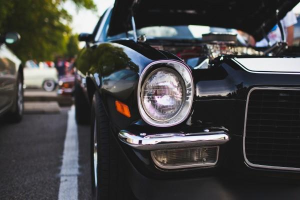 Faro delantero de un coche negro