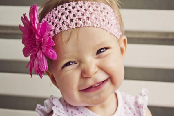 Una guapa bebé muy sonriente