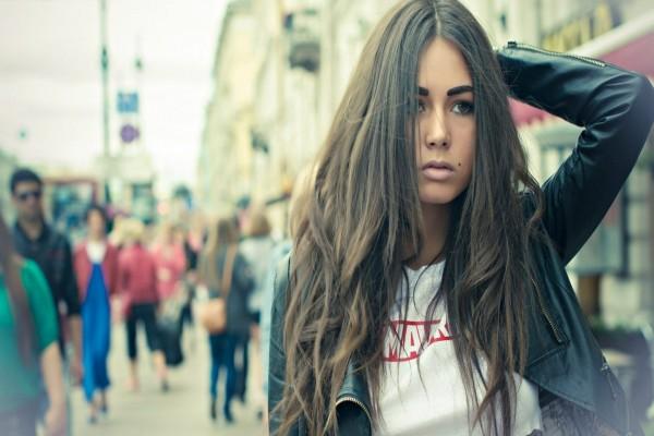 Guapa mujer caminando por una calle