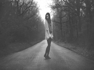 Mujer en una carretera solitaria