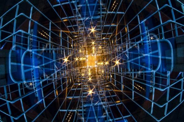 Luz al fondo de una estructura