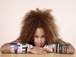 Postal: Mujer con pulseras y relojes en los dos brazos