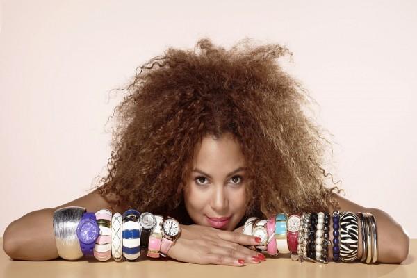 Mujer con pulseras y relojes en los dos brazos