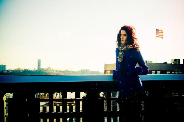 Una bella mujer con abrigo azul