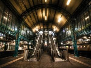 Escaleras mecánicas en una estación de tren