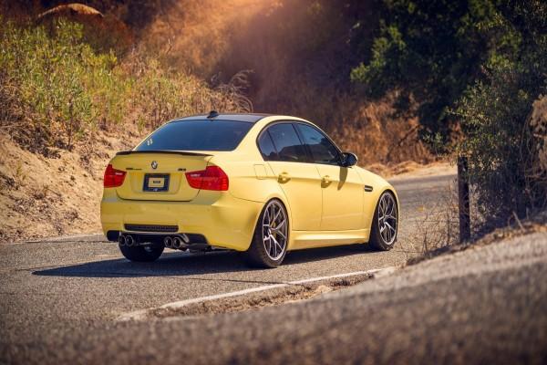 Un BMW amarillo