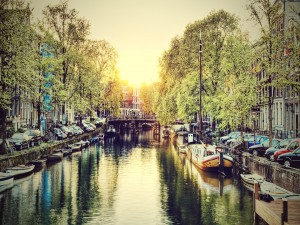 Postal: Barcas en un canal de la ciudad