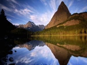 Montañas y cielo reflejados en el lago