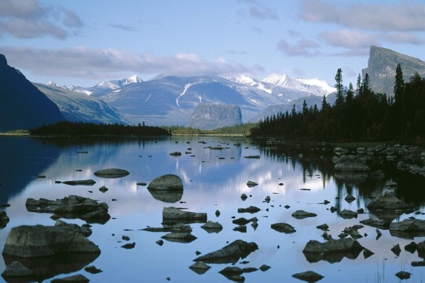 Piedras en el agua de un lago