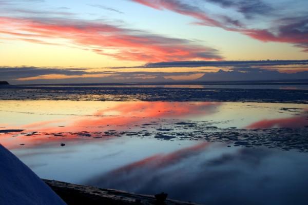Cielo al amanecer reflejado en el agua