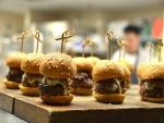 Preparando pequeñas hamburguesas con carne y queso