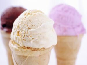Cucuruchos con helado de vainilla, fresa y chocolate
