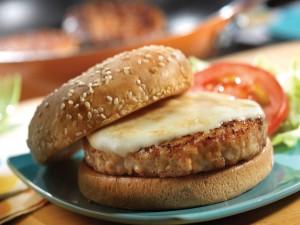 Queso fundido sobre la carne de una hamburguesa