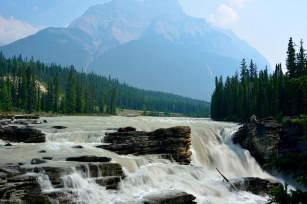 Río torrentoso en Alberta, Canadá