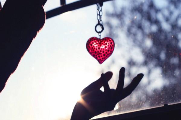 Sosteniendo un corazón
