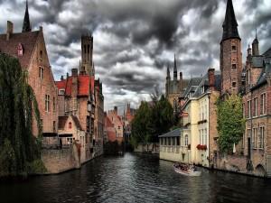 En barca por un canal de Brujas