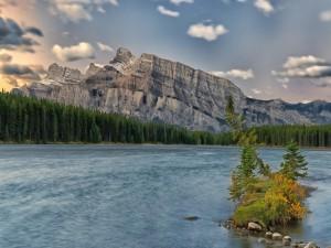 Postal: Montaña rocosa junto a un río