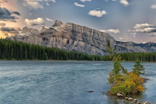 Montaña rocosa junto a un río